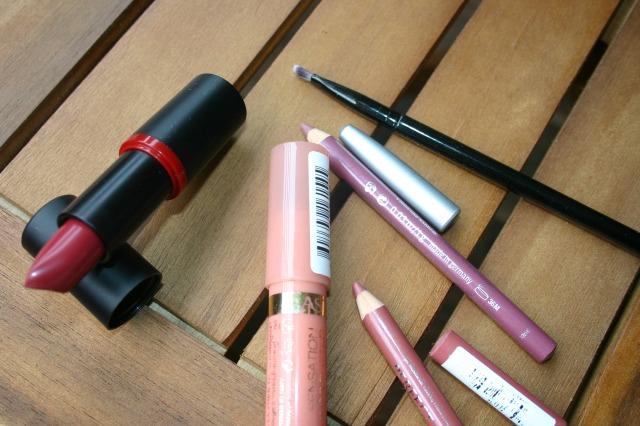 whats in my bag, whats in my travel makeup bag, schminke, unterwegsm essentials, ebelin, alverde, essence, catrice, rival de loop, nyx, astor, p2, pinsel, concealer, lidschatten, puder, blush, kontur, taupe. highlighter, lippenstift, lipbutter, lipliner